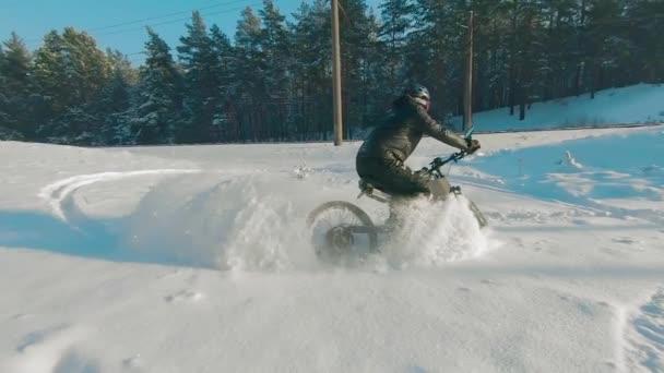 Cyklista na elektrickém kole ve sněhu