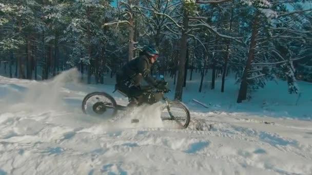 Radfahrer fährt auf Elektro-Fahrrad im Schnee