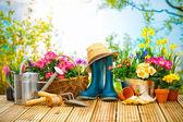 zahradnické nářadí a květiny na terase