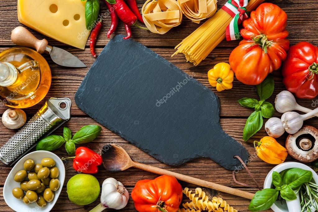 Ingredientes de la comida italiana en la mesa foto de for Ingredientes para comida