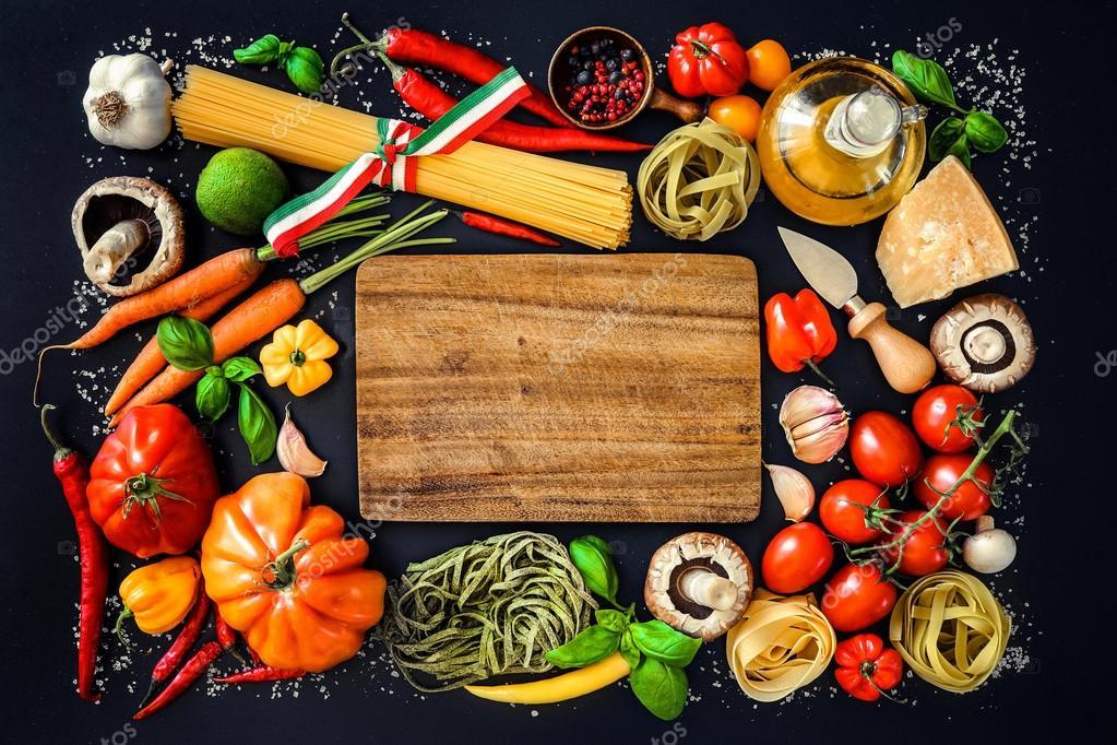 Ingredientes de comida italiana en el fondo de pizarra for Ingredientes para comida