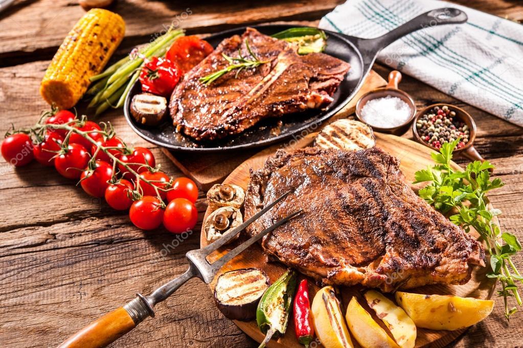 dana biftek ızgara sebzeler ile — Stok Foto © alexraths ...