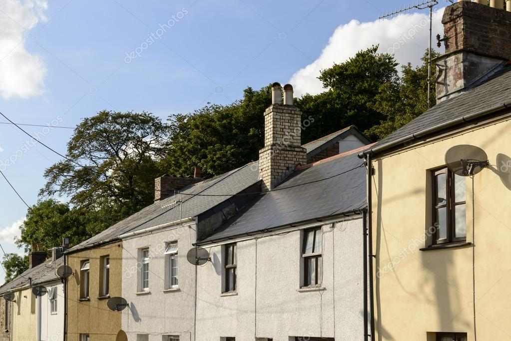 Satellitenschusseln Auf Alten Hausern Bodmin Cornwall Stockfoto