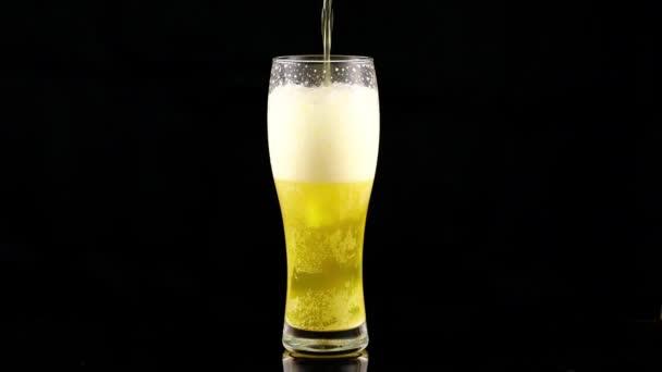 A világos, szűretlen sört üvegbe öntik.