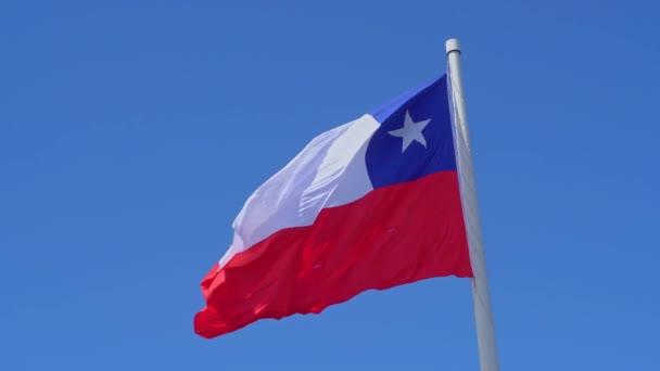 Detailní záběr chilské vlajky na pólové slomo ve větru