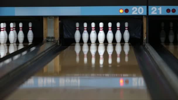 Nadhazovač hrát bowling a aby stávky hit v kapse