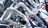 zařízení, kabely a potrubí jako nalezené v moderní průmyslové