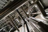 Průmyslová zóna, ocelové potrubí, ventily a čerpadla