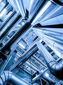 Průmyslová zóna, ocelové potrubí, ventily a žebříky