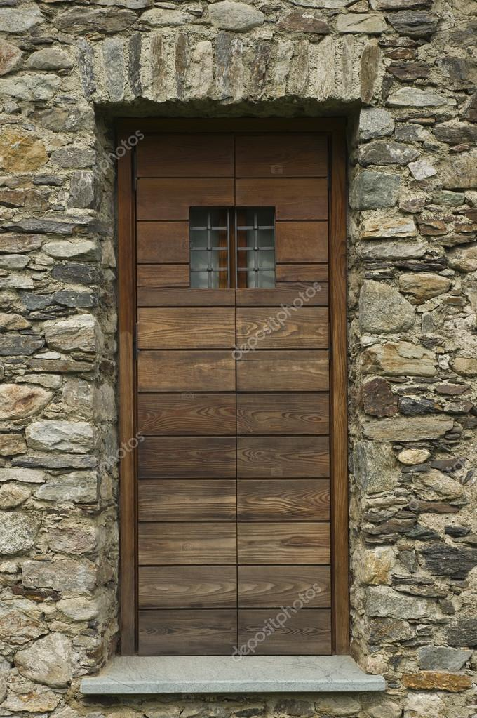 puerta de granero de madera asegurada — Fotos de Stock © Orlando.B ...