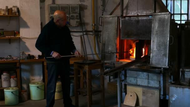 Glassworker, a muranói üveggyár akcióban