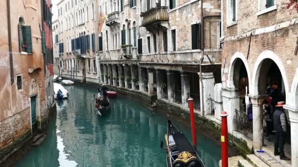 Turisté s gondole v Benátkách, různých národností