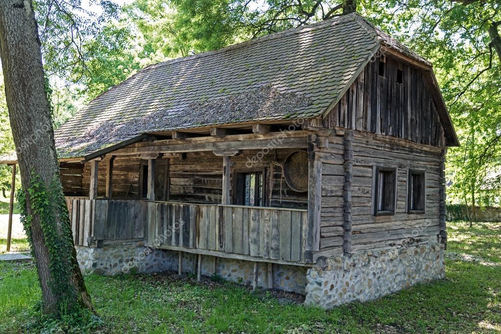 Antigua casa de madera tradicional en la región de Banat ... - photo#18