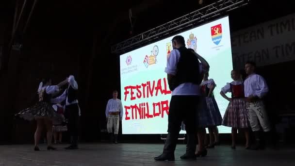 RUMUNSKO, TIMISOARA - 6. června 2021: Mladí slovenští tanečníci v tradičním kostýmu předvádějí lidový tanec při Festivalu etniky pořádaném radnicí.
