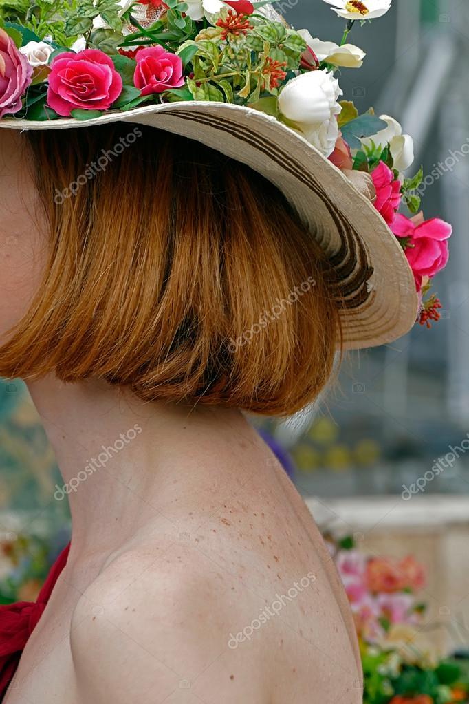 Mujer con sombrero adornado con flores 1 — Fotos de Stock ... 8a87b78be5a