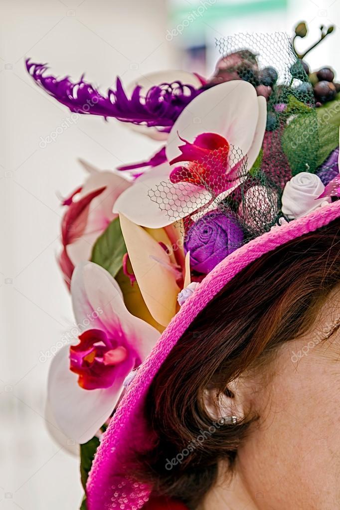 Mujer con sombrero adornado con flores 3 — Fotos de Stock ... 4db2aee3c3f
