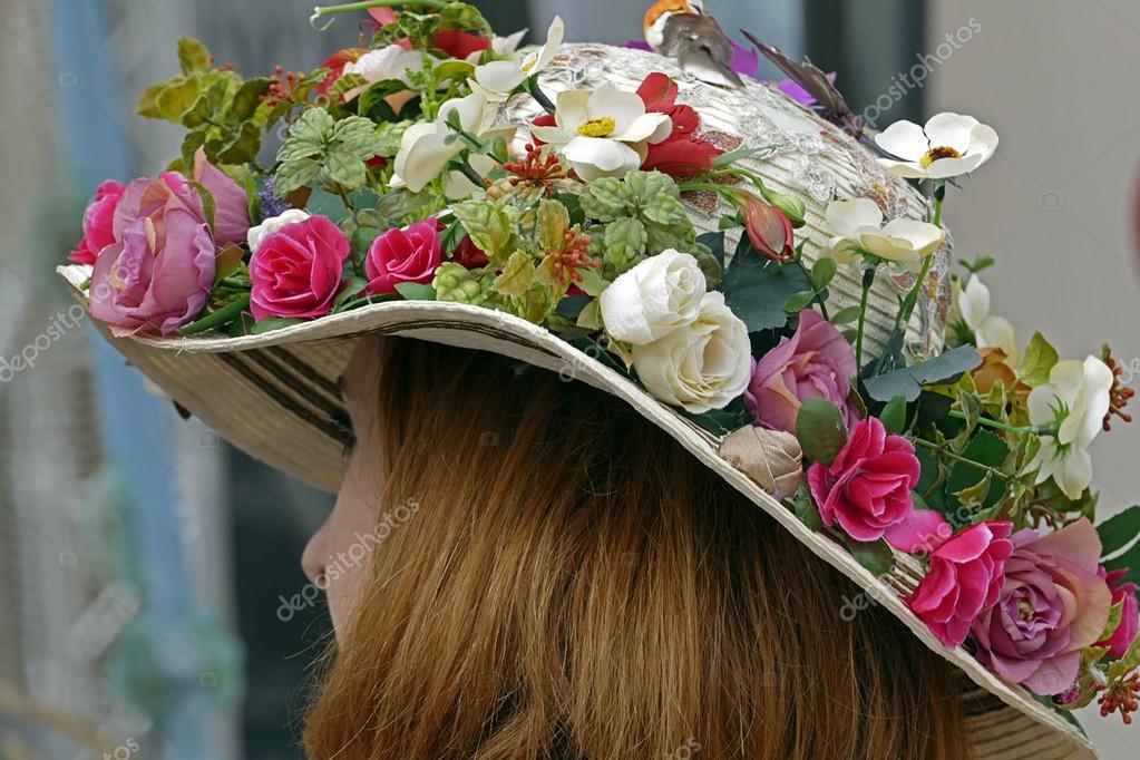 Mujer con sombrero adornado con flores — Fotos de Stock © florin1961 ... 0e9399e7791
