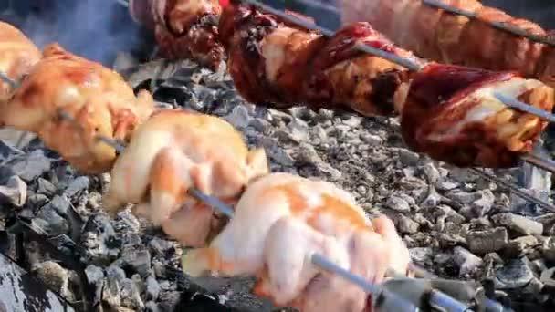 Csirke főzés egy grillező 3 sornyi