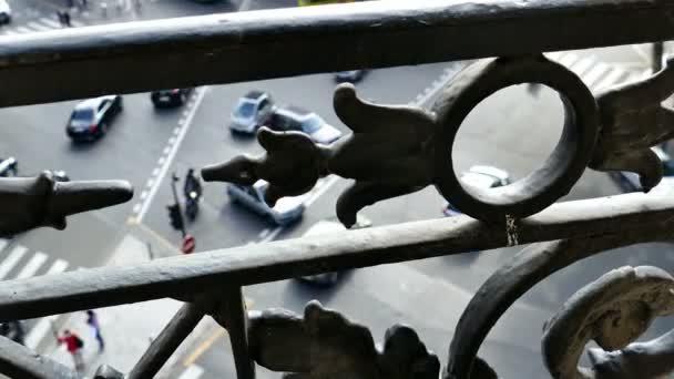 Uliční pohled na Paříž z balkonu. 4k záběry