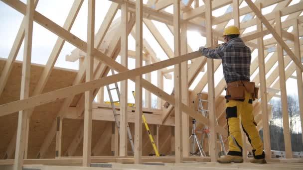 A ház új faépítészeti kerete. Építőipari munkás és munkája a csontváz keret.