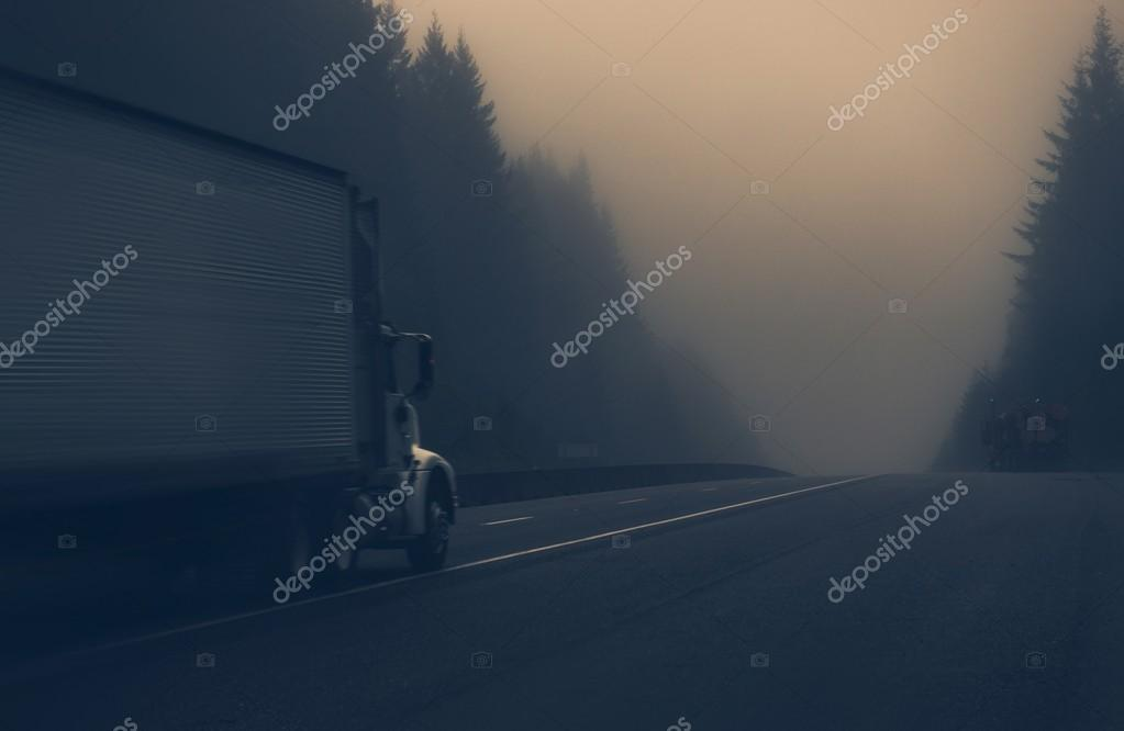 Фотообои Грузовик на туманном шоссе