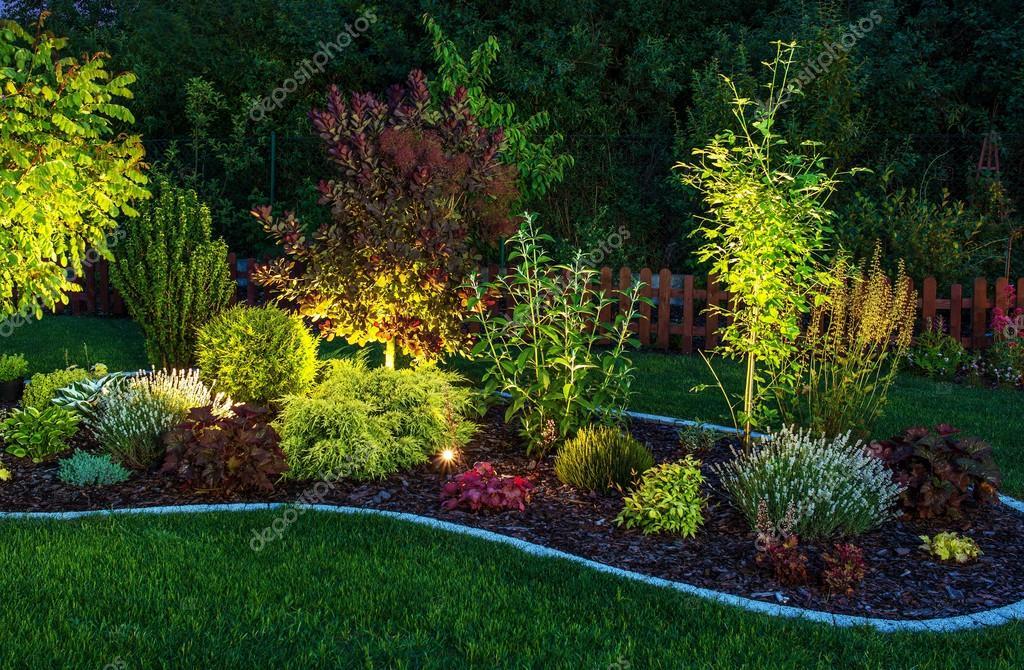 Verlichte tuin u stockfoto welcomia