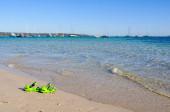 Šel plavat. Pár zelených sandálů na Bay Beach - Dunsborough, WA, Austtralia