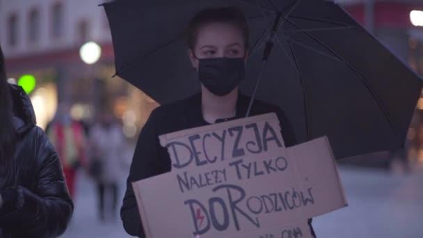 Wroclaw, Polen, 23. Oktober 2020 - Frauenstreik in Wroclaw. Einschreibung in polnischer Sprache - die Entscheidung liegt allein bei den Eltern, es sollte nicht vom Staat abhängen