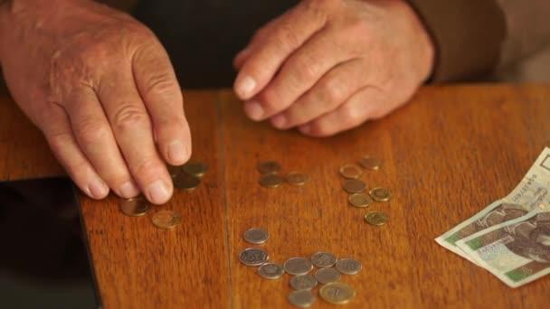 Großaufnahme eines älteren Mannes, der den Wechselkurs betrachtet, die polnische Währung ist der Zloty, Arbeitslosen- und Sozialleistungen in Polen. Konzept zur Wirtschaftskrise