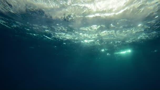 Természetes fény sugarai lassú víz alatti féláron