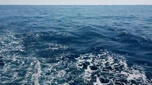 Loď zamíchalo modré vody Středozemního moře do vln a se pěna