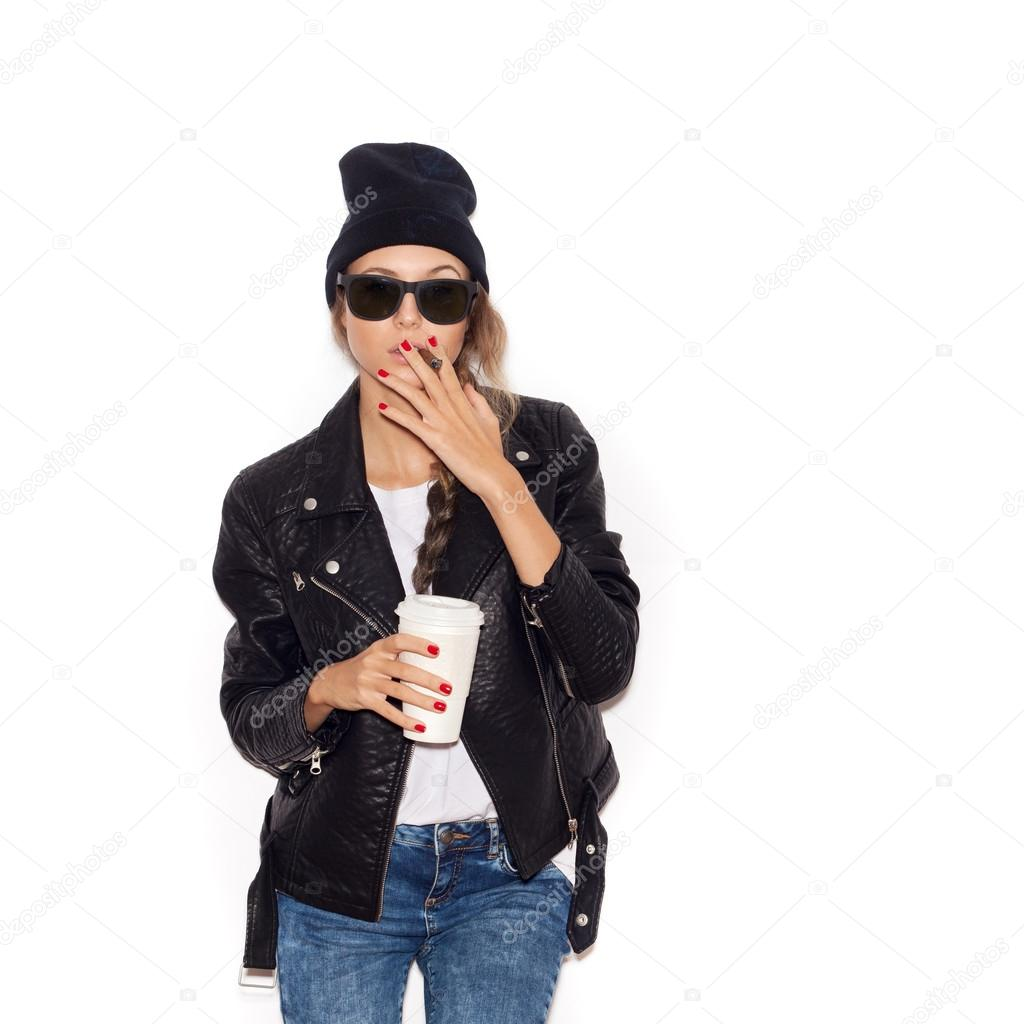 9c08276bb4b19 Fille de hipster en lunettes de soleil et cigare fumer beanie noir– images  de stock libres de droits