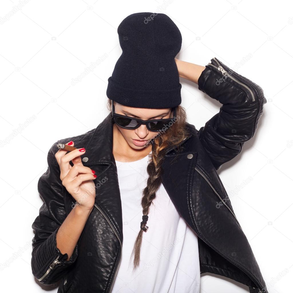 2c2d4eff5ebf9 Fille de hipster en lunettes de soleil et cigare beanie noir fumée– images  de stock libres de droits