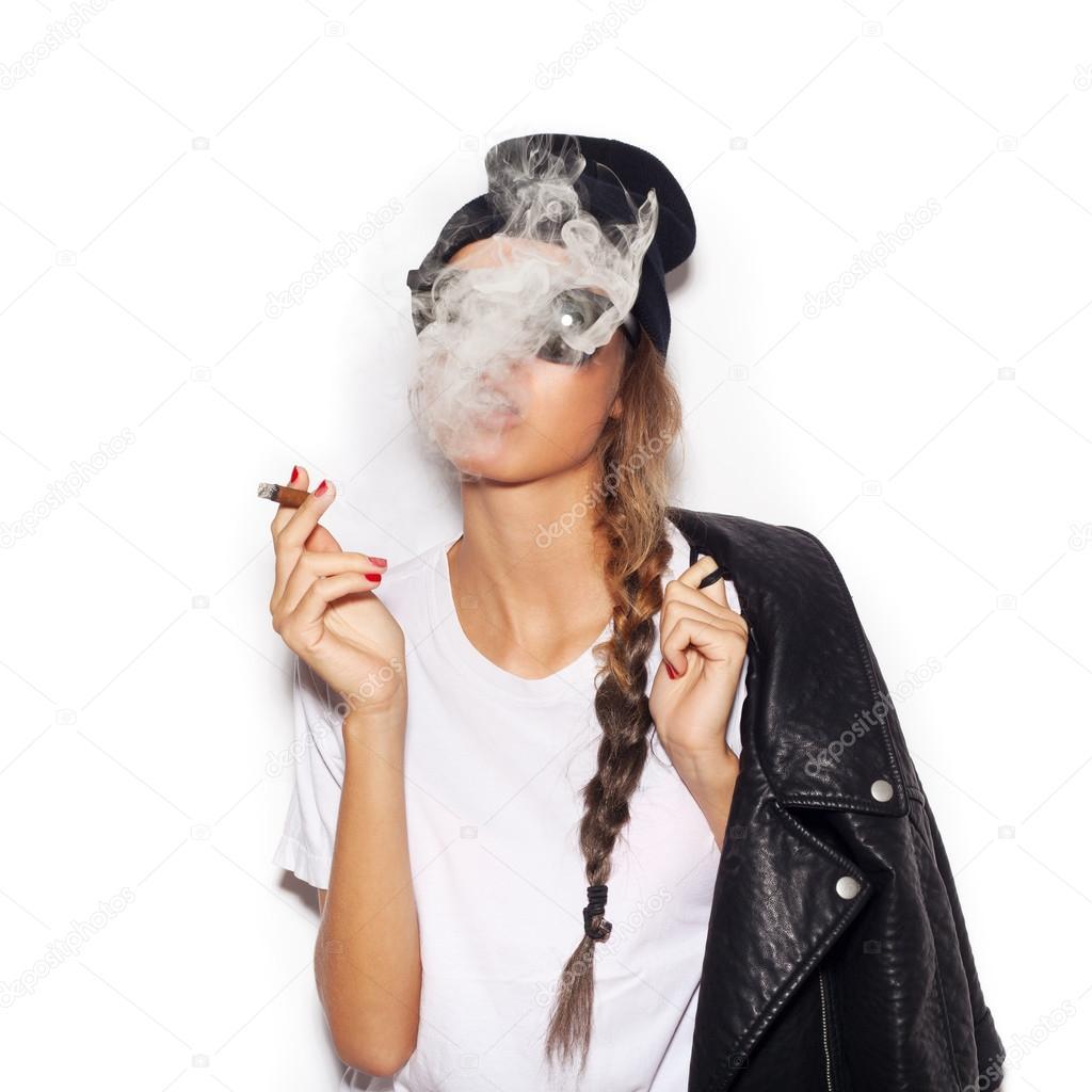 98e9936a27677 Jeune fille à lunettes de soleil et cigare de fumer veste en cuir noir–  images de stock libres de droits