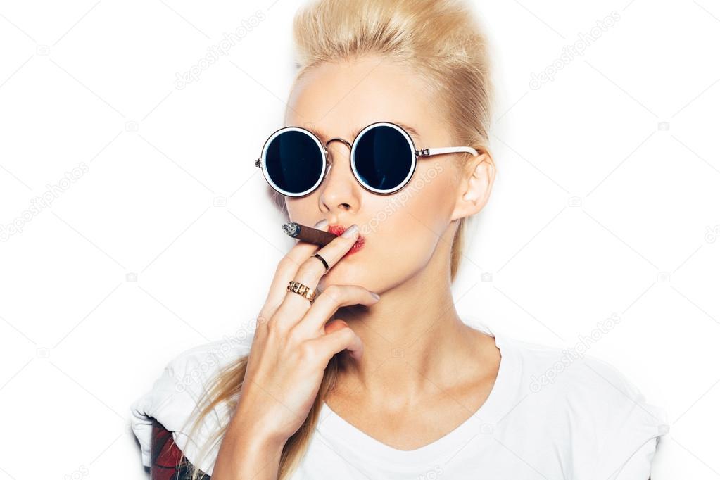Блондинка сексуально курит