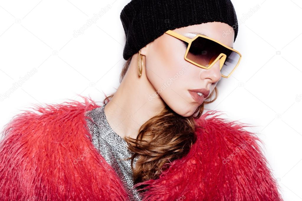 89ee71719109d Hipster fille Fashion dans lunettes de soleil sur fond blanc ...
