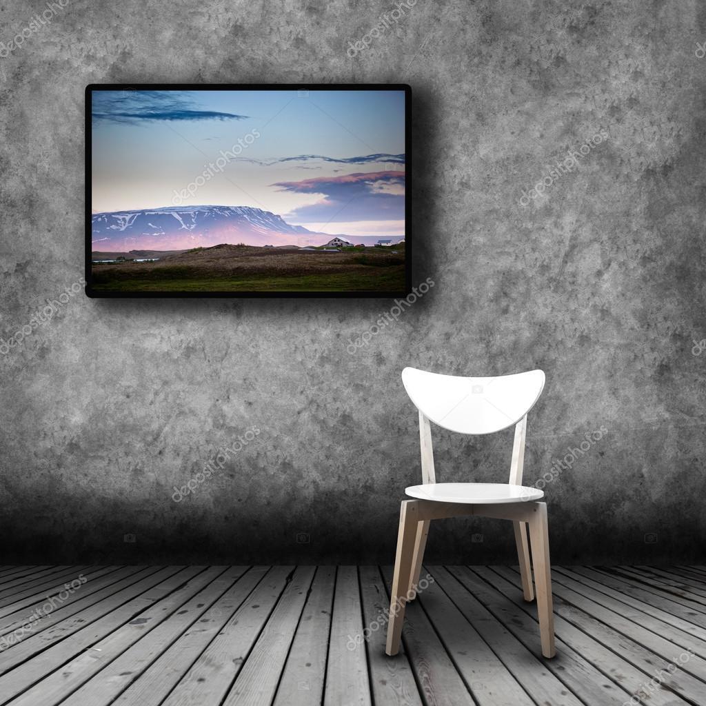 Tv Plasma Sur Le Mur De La Salle Avec La Chaise Vide Photo 105953368