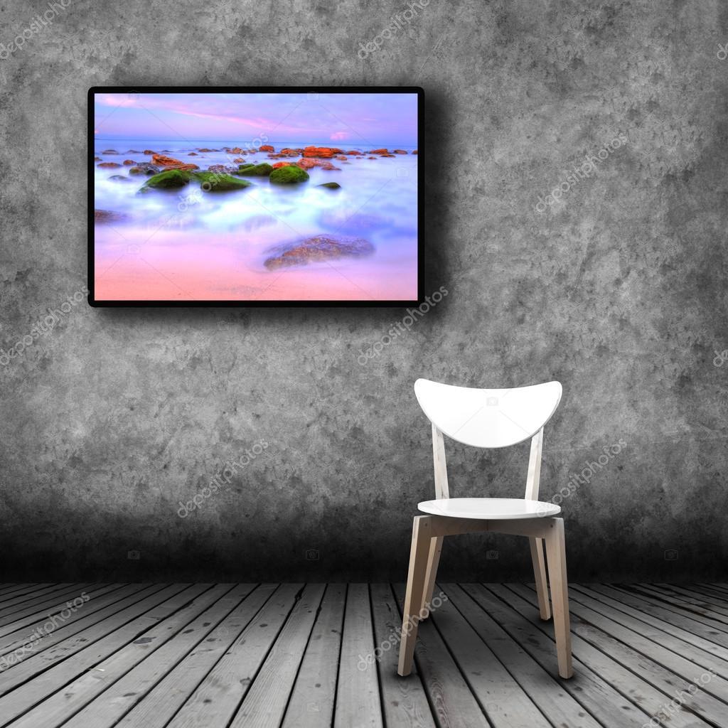 Tv plasma sur le mur de la salle avec la chaise vide — Photographie ...
