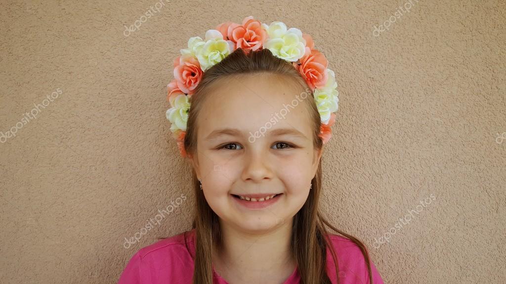 2e59846d2d5 malá dívka nosí květinová čelenka — Stock Fotografie © muro  110936634