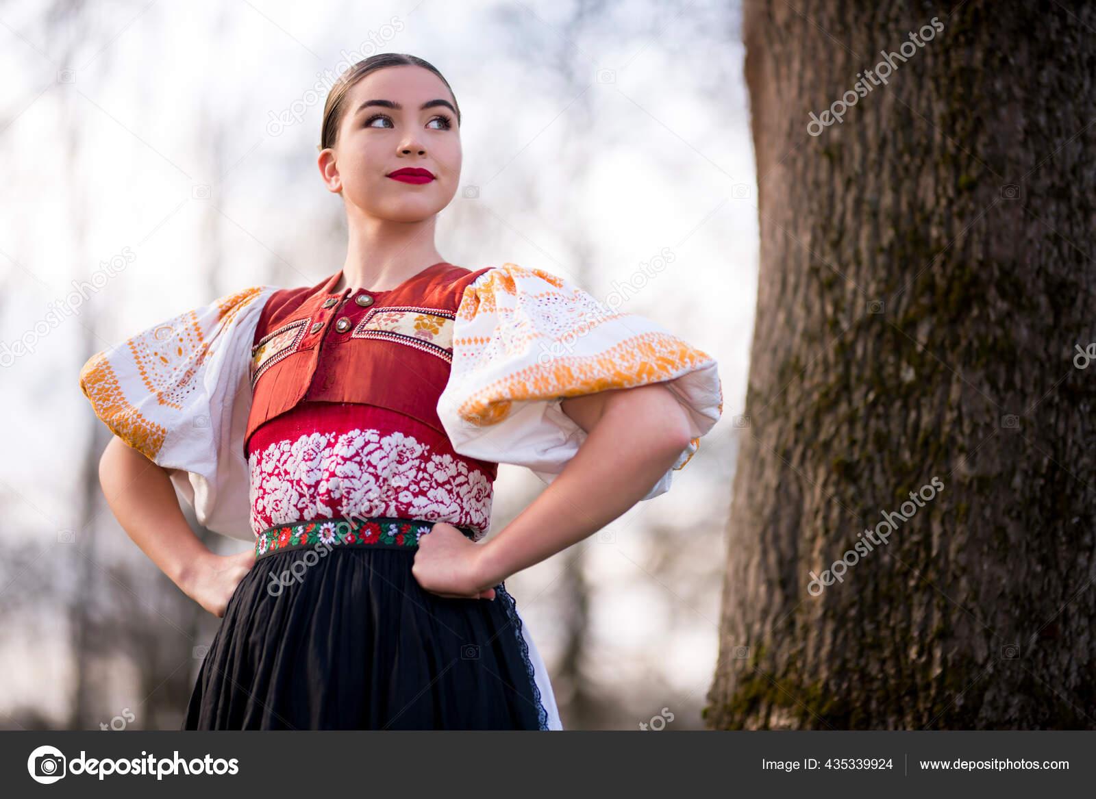 Junge Schöne Slowakische Frau Traditioneller Kleidung