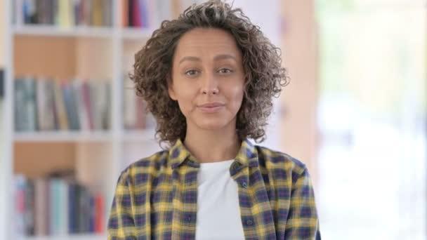 Porträt einer Frau mit gemischter Rasse, die zeigt und einlädt