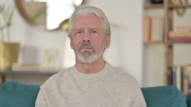 Porträt eines älteren Mannes wütend auf Online-Videoanruf