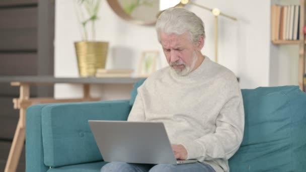 Älterer Mann mit Laptop hustet auf Sofa