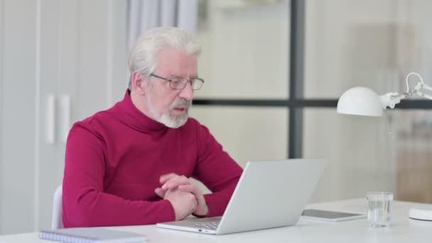 Kreativer alter Mann spricht per Videotelefon am Laptop