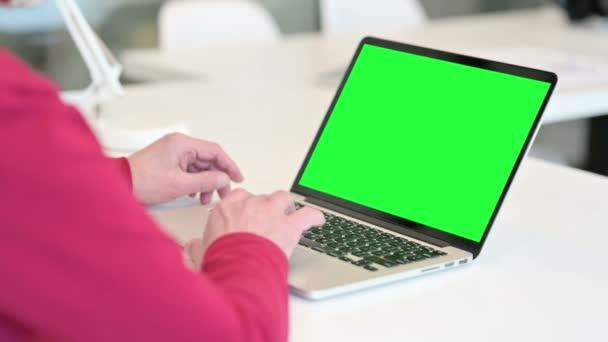 Öreg ember Laptop használata zöld Chroma Screen