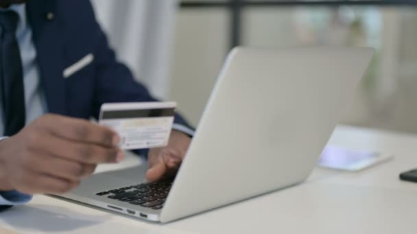 Üzletember online fizetés Laptopon, közelkép