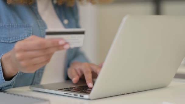 Nahaufnahme einer Afrikanerin beim Online-Shopping, Zahlung mit Kreditkarte