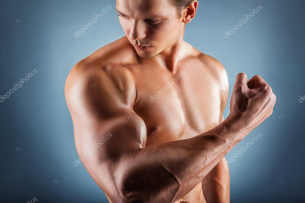 hombre con brazos musculares — Fotos de Stock © artem_furman #74789487