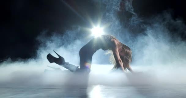 Sexy žena tanec striptýz
