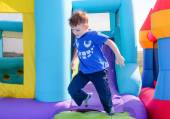 Photo Carefree young boy playing on a bouncy castle